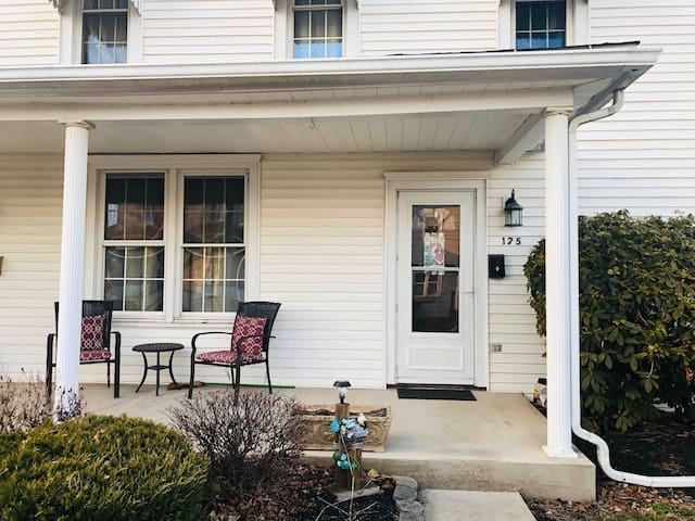 Comfortable and stylish 2 bd townhouse