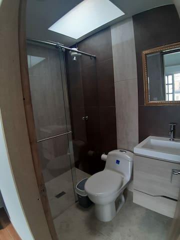 Habitación con baño privado cerca al aeropuerto