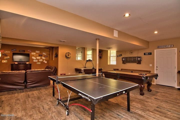 5 Bedrooms 4.5 Bathrooms W/ AMAZING Game Room
