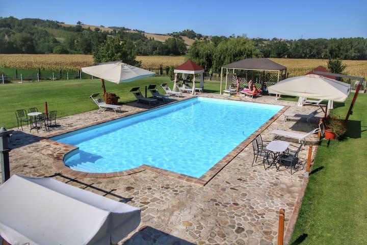 Geräumiges Ferienhaus in Pian di San Martino mit Pool
