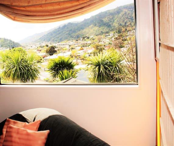 Tui's orange Nest - Picton - Casa