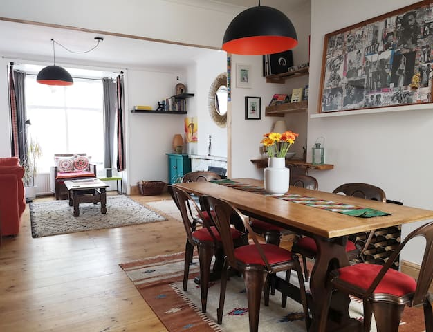 Stunning central townhouse, minutes from the beach