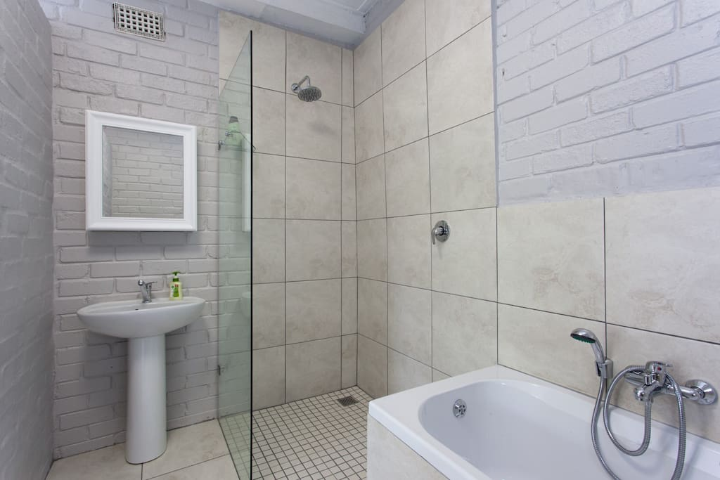 En suite bathroom with shower and bath. Fresh towels, shampoo, conditioner and soap provided.