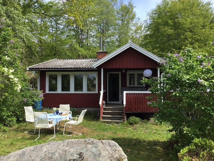 Charmigt hus vid skärgårdsvik