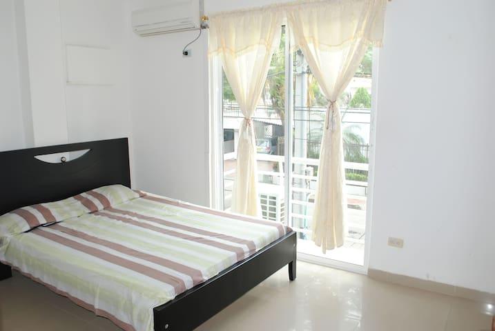 alcoba principal con baño, aire acondicionado y terraza