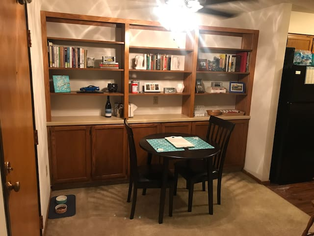 Cozy updated Waukesha apartment with Amenities