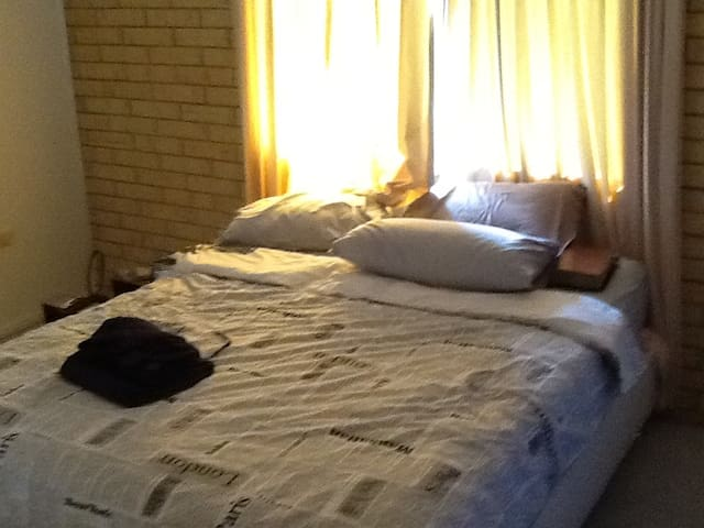 Single Bedroom - Manoora - Apartamento