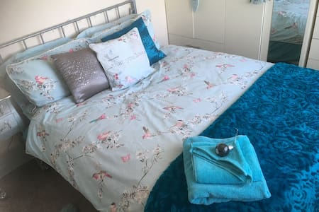 Cozy double room 10 mins - Airport/Racecourse/YWLP