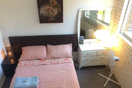 Light private double room, shared living/workspace - Canterbury - Loft