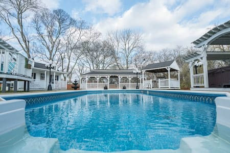 Resort Backyard All to Yourself! Near Downtown Nashville! A+ Neighborhood