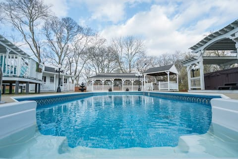 Private Saltwater Pool & Hot Tub! 10 min. to downtown! Memorable Oasis
