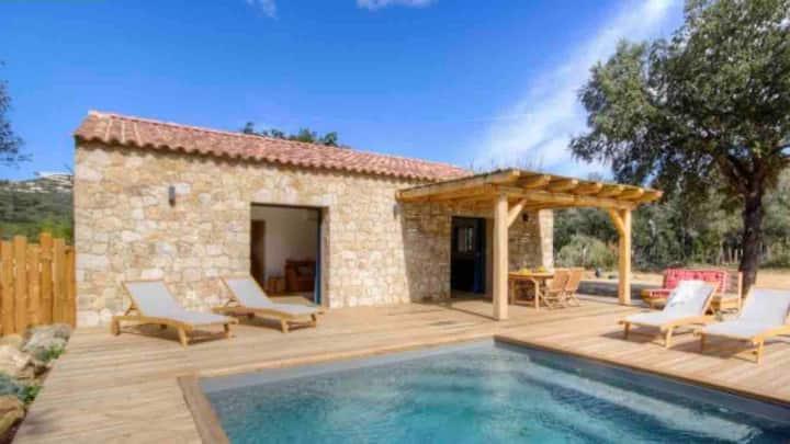 Maison en pierre 6 km de la mer, piscine chauffée