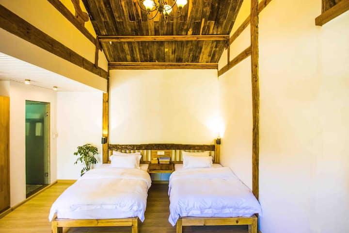 丽江龙泉客栈双人精品标准间宽敞明亮花园内一楼溪水边房间提供早餐