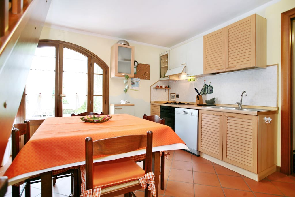 The kitchen / La cucina