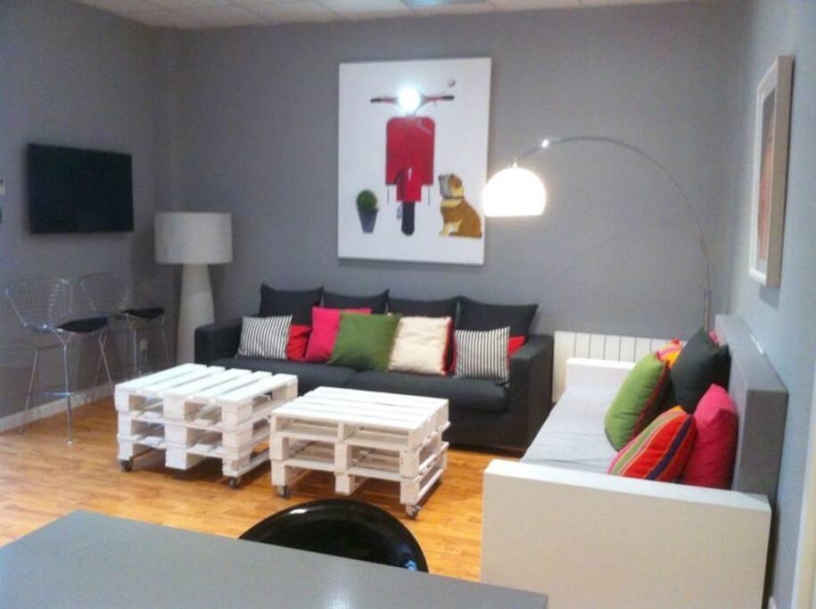 salón comedor con TV y Wi-Fi