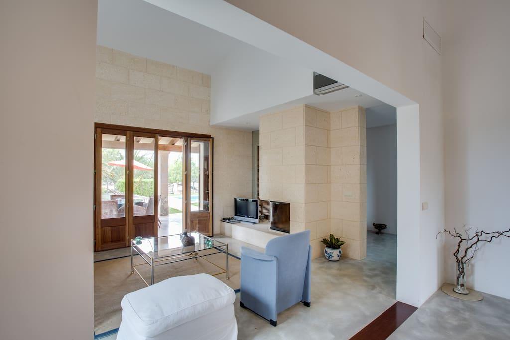 la sala es un espacio diáfano que tiene acceso al porche
