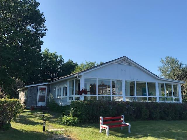 Johnson Cottage-Oceanfront 15 min from St. John's
