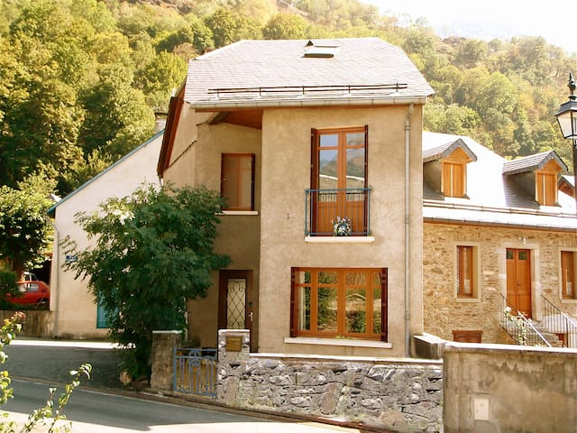 100m2 house for up to 6 people - Juzet-de-Luchon - House