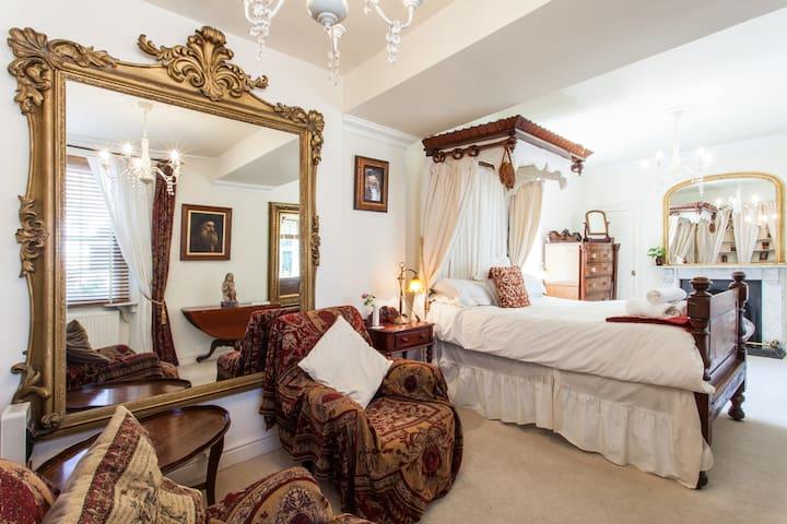 Charming Cottage Bath  sleeps 6 +