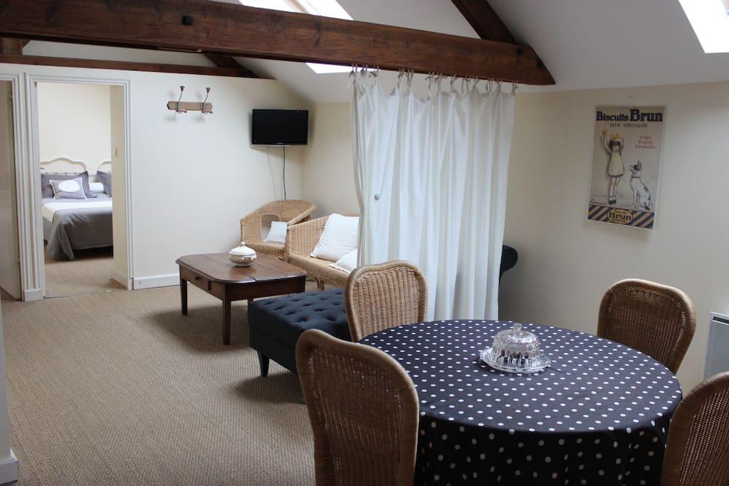 La suite du four à pain, TV, salon, cuisine, salle de bain, 2 chambres.