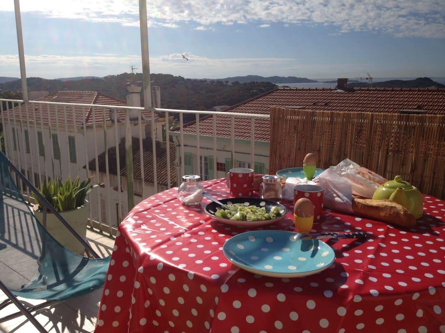 Petit déjeuner : un de nos moments préférés à giens, évidemment... encore que l'apéritif au soleil couchant ne soit pas mal non plus ...