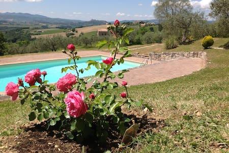 Casale con appartamenti e piscina - Todi - House