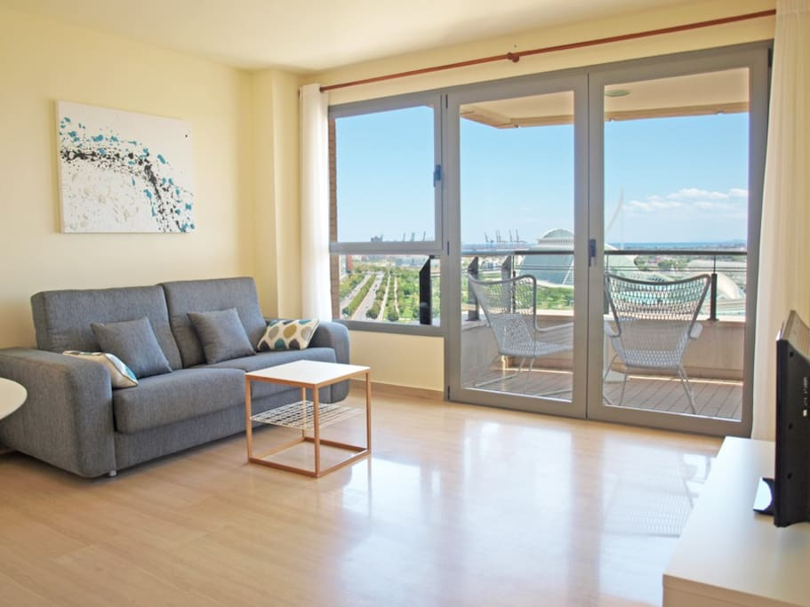 Amplio salón con vistas a la Ciudad de la Artes. Spacious living room with views of the City of Arts.