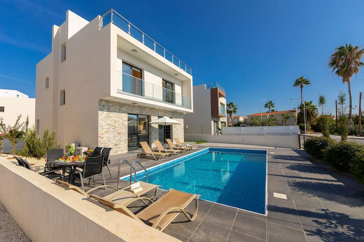 Villa Ammos, walking distance to the sea!