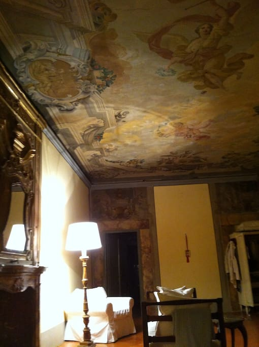 A beautiful fully-frescoed ceiling is the elegant backdrop to your huge open space in this historical Florentine palazzo.