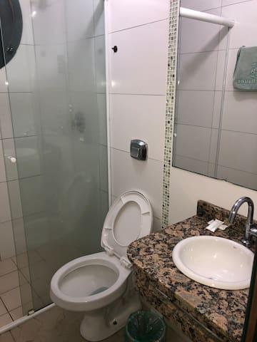Quarto com sacada centro Torres com banheiro