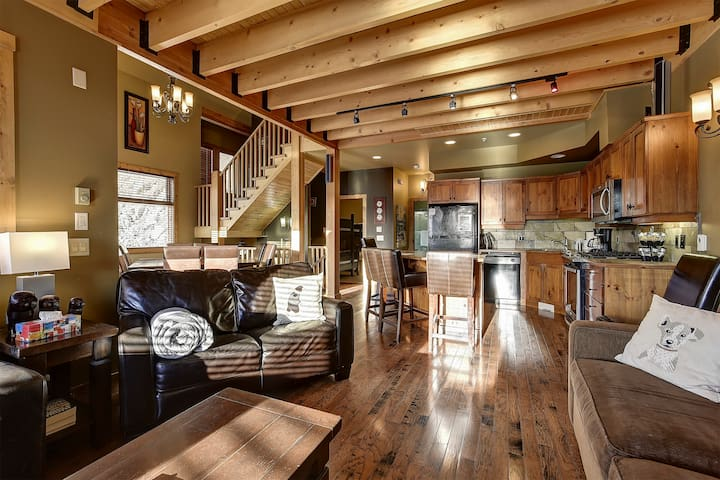 Sleeps 18 Forest Chalet Ski in/out  5 BDRM 3 BATH