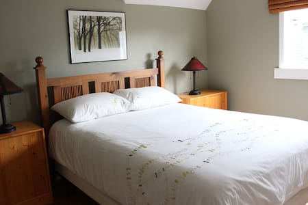 Beautiful Room, 2 Blocks to Beach! - Victoria