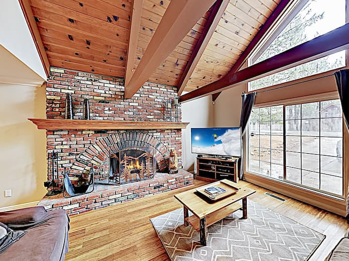 Relaxing Mountain Chalet with Hot Tub & Game Room