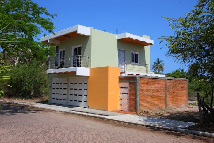 NEW home 2 blocks from the Beach! - La Peñita de Jaltemba - Huis