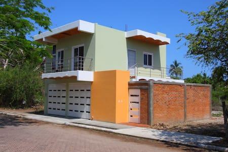 NEW home 2 blocks from the Beach! - La Peñita de Jaltemba - Huis