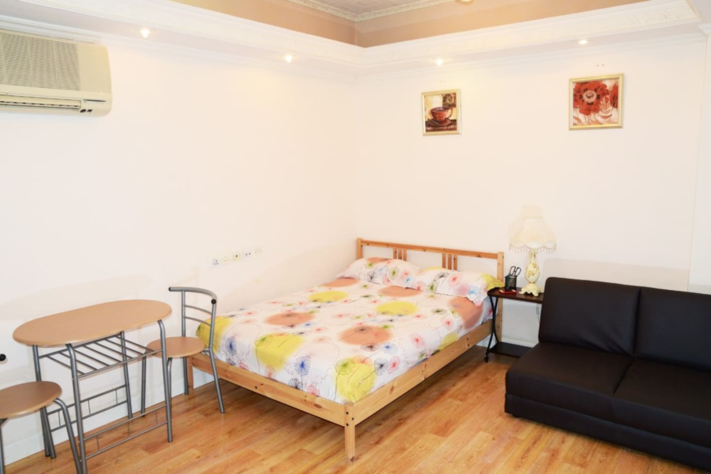 Very Cosy Apartment, double bed with 4-seat table set and brand new sofa bed