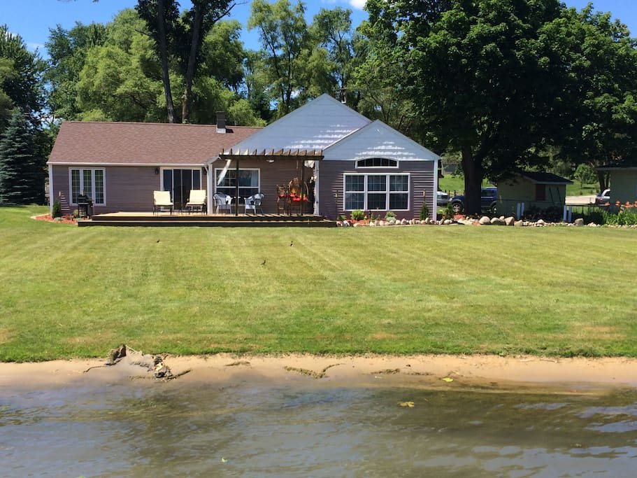 Huge Front Lakeside Yard for Family Fun!