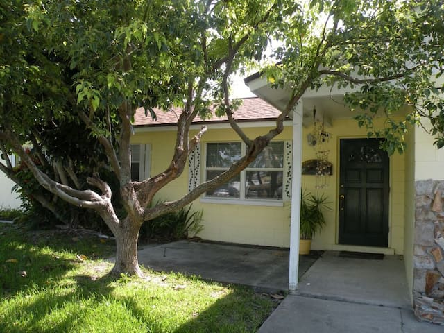 Adorable home 2 blocks from Beach - Indialantic - Casa