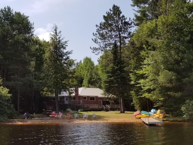 Benoir Lake - Large Private waterfront cottage