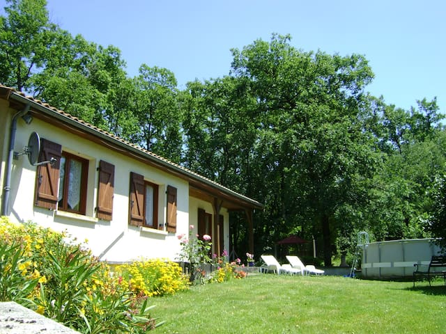 Charentais Bungalow Sleeps 6 - Saint-Fraigne - Dům