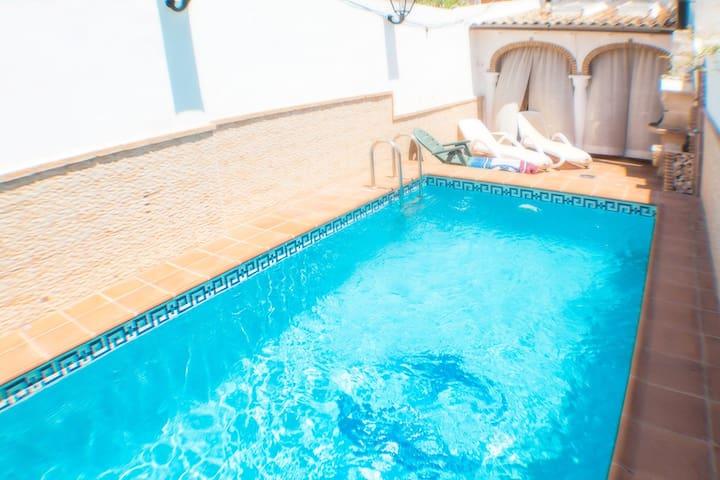 Malvabeach family house, WiFi, pool, front beach