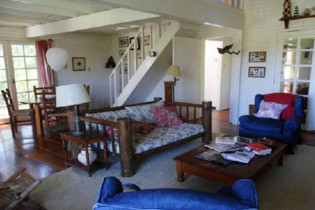 living con escalera al fondo para la Master suite