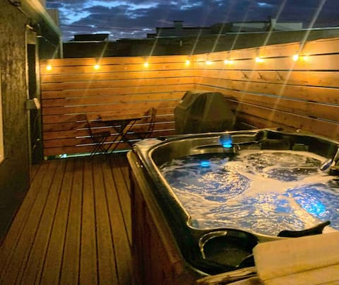 Private Hot Tub/Modern Suite Downtown