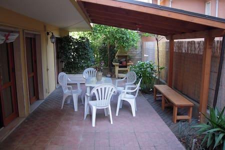 Appartamento piano terra con giardino vicino mare - Apartment