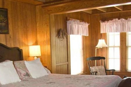 Kelley Room 2 · Lake Winnipesaukee Historic Inn at Smith Cove-2