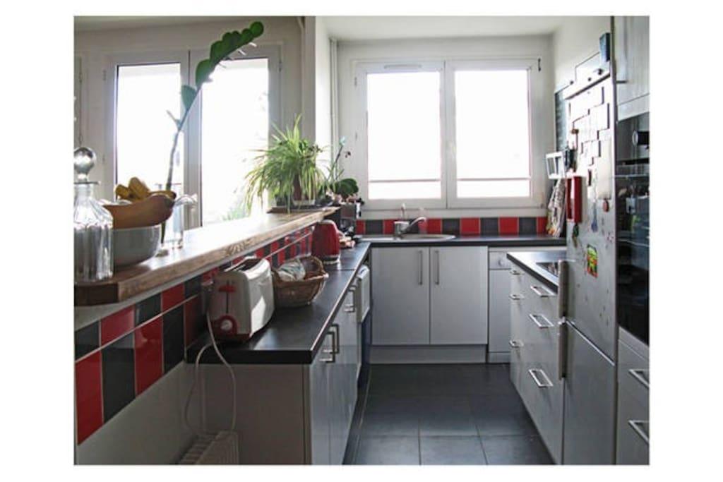 Une cuisine ouverte sur le salon.