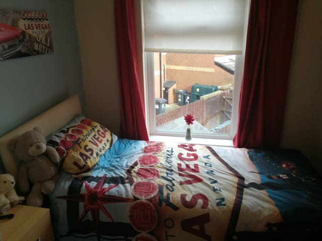 Single room in central location, near bus & rail