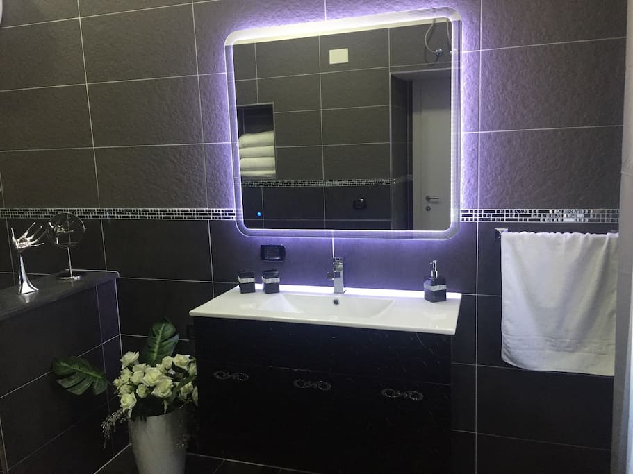 Lavabo con specchio touch led,washbasin mirror led touch