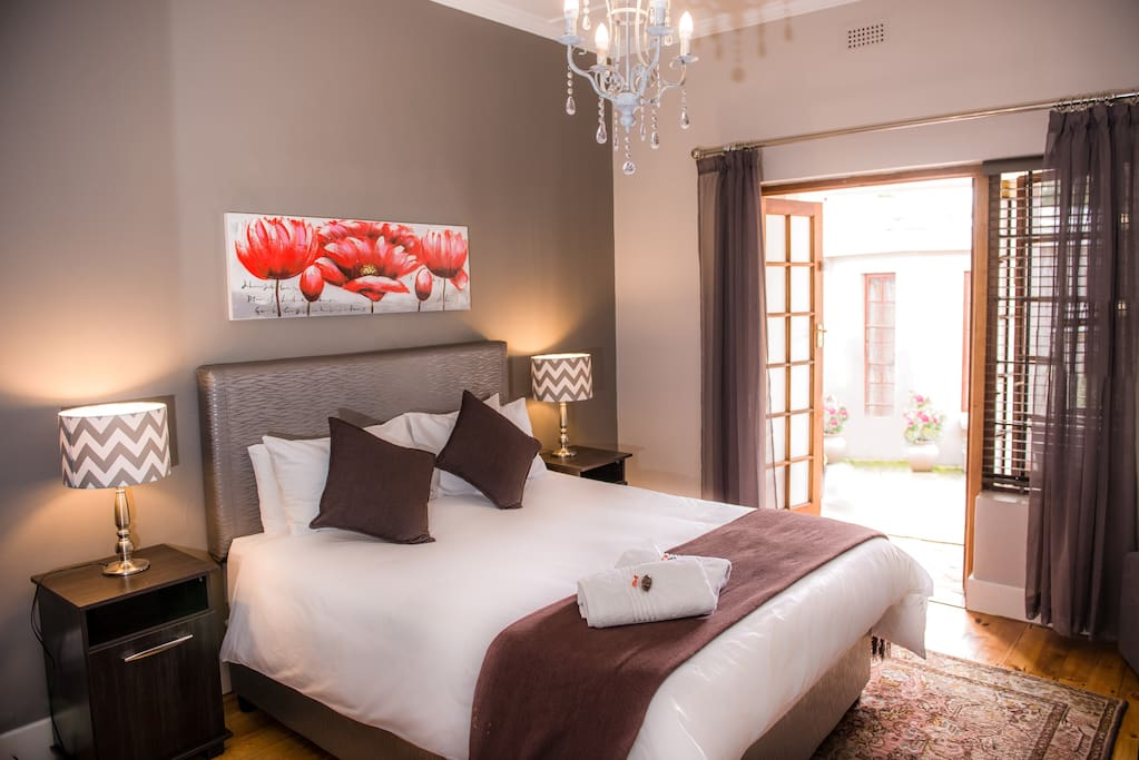 The Rose room is elegant, modern and tastefully decorated. It has an en-suite bathroom with a huge luxurious bath tub and separate shower. It has a HD flat screen tv with DSTV package, free WIFI, mini bar fridge, tea and filter coffee station, and a desk for working space.