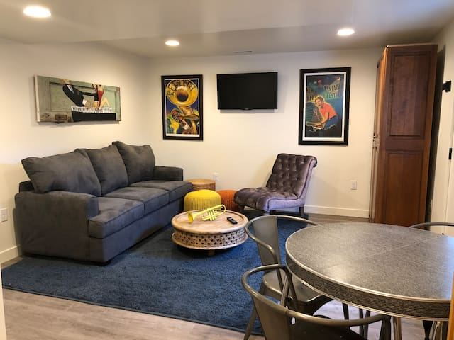 Basement Apt w/hot tub & easy access to Canyons.